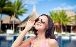 Ευτυχής γυναίκα στα γυαλιά ηλίου και μαγιό στην παραλία Στοκ φωτογραφία με δικαίωμα ελεύθερης χρήσης