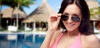 Ευτυχής γυναίκα στα γυαλιά ηλίου και μαγιό στην παραλία Στοκ Φωτογραφία