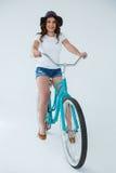 Ευτυχής γυναίκα στην άσπρη μπλούζα και καυτά εσώρουχα στο ποδήλατο Στοκ Εικόνα