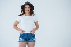 Ευτυχής γυναίκα στην άσπρη μπλούζα και τα καυτά εσώρουχα Στοκ φωτογραφίες με δικαίωμα ελεύθερης χρήσης