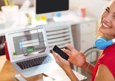 Ευτυχής γυναίκα στην εργασία με το lap-top και το τηλέφωνο Η οθόνη του lap-top είναι σύνδεση Στοκ Εικόνα