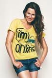 Ευτυχής γυναίκα στην κίτρινη μπλούζα Στοκ φωτογραφία με δικαίωμα ελεύθερης χρήσης