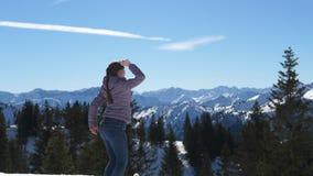 Ευτυχής γυναίκα στην κορυφή του βουνού απόθεμα βίντεο