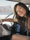 Ευτυχής γυναίκα στη θέση του οδηγού του φορτηγού Στοκ φωτογραφία με δικαίωμα ελεύθερης χρήσης
