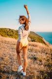 Ευτυχής γυναίκα στη φύση στο θερμό ηλιοβασίλεμα Καλές διακοπές στα βουνά Στοκ εικόνες με δικαίωμα ελεύθερης χρήσης