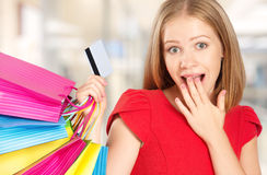 Ευτυχής γυναίκα στις αγορές με τις τσάντες και τις πιστωτικές κάρτες, πωλήσεις Χριστουγέννων, εκπτώσεις Στοκ Εικόνες