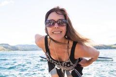 Ευτυχής γυναίκα στις διακοπές σε μια λίμνη Στοκ Εικόνες