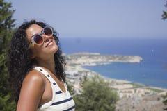 Ευτυχής γυναίκα στις διακοπές Στοκ φωτογραφία με δικαίωμα ελεύθερης χρήσης