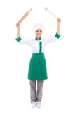 Ευτυχής γυναίκα στον αρχιμάγειρα ομοιόμορφο με την ξύλινη κυλώντας καρφίτσα ψησίματος και το s Στοκ φωτογραφίες με δικαίωμα ελεύθερης χρήσης