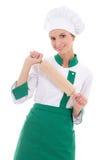 Ευτυχής γυναίκα στον αρχιμάγειρα ομοιόμορφο με το ξύλινο isola καρφιτσών κυλίσματος ψησίματος Στοκ Φωτογραφία
