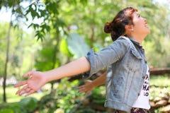 Ευτυχής γυναίκα στο δάσος στοκ εικόνες με δικαίωμα ελεύθερης χρήσης