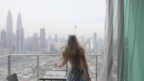 Ευτυχής γυναίκα στο διαμέρισμα απόθεμα βίντεο