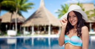 Ευτυχής γυναίκα στο καπέλο μαγιό και ήλιων στην παραλία Στοκ φωτογραφία με δικαίωμα ελεύθερης χρήσης
