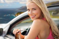 Ευτυχής γυναίκα στο μετατρέψιμο αυτοκίνητο πέρα από τη μεγάλη ακτή sur Στοκ εικόνα με δικαίωμα ελεύθερης χρήσης