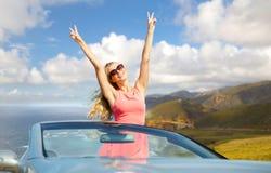 Ευτυχής γυναίκα στο μετατρέψιμο αυτοκίνητο στη μεγάλη ακτή sur Στοκ εικόνα με δικαίωμα ελεύθερης χρήσης