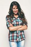 Ευτυχής γυναίκα στο πουκάμισο με μακρυμάλλη Στοκ Φωτογραφία