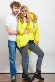 Ευτυχής γυναίκα στο σακάκι ασβέστη και άνδρας Μόδα πτώσης Στοκ Εικόνες