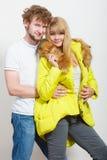 Ευτυχής γυναίκα στο σακάκι ασβέστη και άνδρας Μόδα πτώσης Στοκ φωτογραφία με δικαίωμα ελεύθερης χρήσης