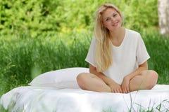 Ευτυχής γυναίκα στο σπορείο στη φυσική ανασκόπηση Στοκ Εικόνα