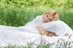 Ευτυχής γυναίκα στο σπορείο στη φυσική ανασκόπηση Στοκ Εικόνες