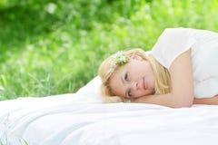 Ευτυχής γυναίκα στο σπορείο στη φυσική ανασκόπηση Στοκ εικόνα με δικαίωμα ελεύθερης χρήσης