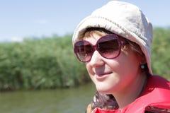 Ευτυχής γυναίκα στο υπόβαθρο καλάμων στοκ φωτογραφία με δικαίωμα ελεύθερης χρήσης