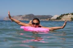 ευτυχής γυναίκα στρωμάτων Στοκ Φωτογραφίες