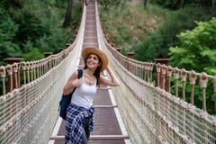 Ευτυχής γυναίκα ταξιδιού στην έννοια διακοπών Ο αστείος ταξιδιώτης απολαμβάνει το ταξίδι της και έτοιμος στην περιπέτεια στοκ εικόνες