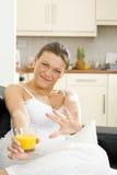 Ευτυχής γυναίκα της Νίκαιας που χαλαρώνει στο σπίτι Στοκ φωτογραφία με δικαίωμα ελεύθερης χρήσης