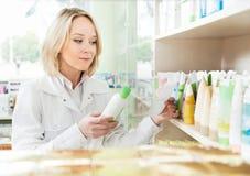 Ευτυχής γυναίκα φαρμακοποιών στο κατάστημα φαρμακείων στοκ εικόνες με δικαίωμα ελεύθερης χρήσης
