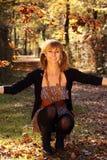 ευτυχής γυναίκα φθινοπώρου στοκ φωτογραφία με δικαίωμα ελεύθερης χρήσης