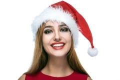 Ευτυχής γυναίκα Χριστουγέννων στο κόκκινο καπέλο santa Στοκ Εικόνες