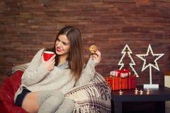 ευτυχής γυναίκα δώρων κι&b Στοκ Φωτογραφία