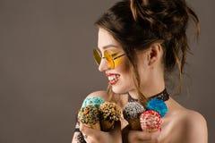 Ευτυχής γυναίκα brunette με το ζωηρόχρωμο makeup με το παγωτό Στοκ φωτογραφία με δικαίωμα ελεύθερης χρήσης