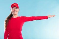 Ευτυχής γυναίκα lifeguard στην ΚΑΠ που δείχνει την κατεύθυνση Στοκ Εικόνες