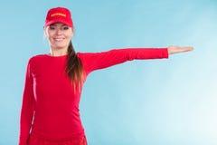 Ευτυχής γυναίκα lifeguard στην ΚΑΠ που δείχνει την κατεύθυνση Στοκ φωτογραφία με δικαίωμα ελεύθερης χρήσης