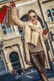 Ευτυχής γυναίκα Piazza del Duomo να χαρεί του Μιλάνου, Ιταλία Στοκ Φωτογραφίες