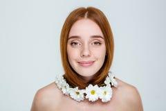 Ευτυχής γυναίκα redhair με το λαιμό των λουλουδιών Στοκ Εικόνες
