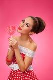 Ευτυχής γυναικών μορφή Lollipop εκμετάλλευσης κόκκινη της καρδιάς Στοκ φωτογραφίες με δικαίωμα ελεύθερης χρήσης