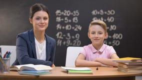 Ευτυχής δάσκαλος και έξυπνος μαθητής που χαμογελούν στη κάμερα, σύγχρονη μεταρρύθμιση εκπαίδευσης φιλμ μικρού μήκους