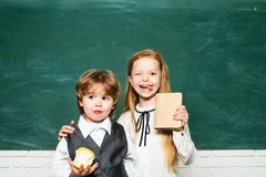 Ευτυχής διάθεση που χαμογελά ευρέως στο σχολείο : Μικρά παιδιά στο σχολικό μάθημα Κορίτσι και αγόρι με το ευτυχές πρόσωπο στοκ εικόνες