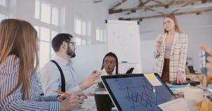 Ευτυχής διαφορετική multiethnic συνεργασία ομάδων επιχειρηματιών γραφείων φιλμ μικρού μήκους