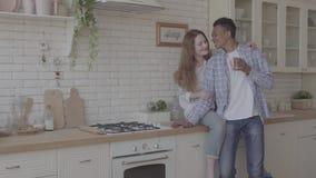 Ευτυχής διεθνής οικογένεια στην κουζίνα που στηρίζεται από κοινού Νέος καφές κατανάλωσης ατόμων αφροαμερικάνων, καυκάσιός του απόθεμα βίντεο