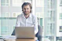 Ευτυχής δυτικός επιχειρηματίας που χρησιμοποιεί ένα lap-top στο καθιστικό Στοκ φωτογραφίες με δικαίωμα ελεύθερης χρήσης