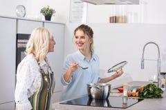 Ευτυχής εγγονή και η γιαγιά της που μαγειρεύουν τη φυτική σούπα στοκ εικόνες με δικαίωμα ελεύθερης χρήσης