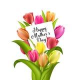 Ευτυχής εγγραφή ημέρας μητέρων Ευχετήρια κάρτα ημέρας μητέρων με τα ανθίζοντας λουλούδια τουλιπών Στοκ εικόνα με δικαίωμα ελεύθερης χρήσης