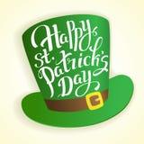 Ευτυχής εγγραφή ημέρας του ST Πάτρικ ` s με τον κύλινδρο καπέλων Παραδοσιακή ιρλανδική κάρτα διακοπών Στοκ φωτογραφία με δικαίωμα ελεύθερης χρήσης