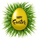 Ευτυχής εγγραφή Πάσχας στο διακοσμημένο χρυσό αυγό στη φρέσκια πράσινη χλόη στο άσπρο υπόβαθρο Στοκ Εικόνες