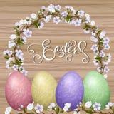 Ευτυχής εγγραφή Πάσχας, χρωματισμένα ζωηρόχρωμα αυγά Διακοπές άνοιξη, υπόβαθρο Πάσχας, δέντρο ανθών Στοκ εικόνα με δικαίωμα ελεύθερης χρήσης