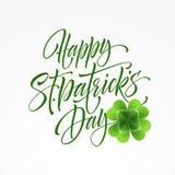 Ευτυχής εγγραφή χαιρετισμού ημέρας Αγίου Patricks στο υπόβαθρο φύλλων τριφυλλιών επίσης corel σύρετε το διάνυσμα απεικόνισης ελεύθερη απεικόνιση δικαιώματος
